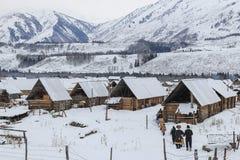 Gente locale che cammina verso il villaggio di Hemu in Xinjiang nordico Fotografia Stock Libera da Diritti
