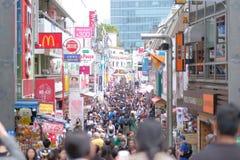 Gente locale e viaggiatore che camminano e che comperano alla via di Takeshita in Harajuku, in punto di riferimento ed in popolar immagine stock