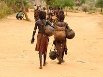 Gente locale sul mercato del villaggio di Turmi, Etiopia Fotografia Stock
