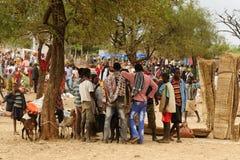 Gente locale sul mercato della città di Konso, Etiopia Fotografia Stock
