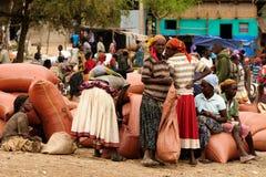 Gente locale sul mercato della città di Konso, Etiopia Fotografie Stock