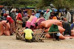 Gente locale sul mercato della città di Konso, Etiopia Immagine Stock