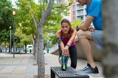 Gente madura que estira las piernas en la calle de la ciudad foto de archivo
