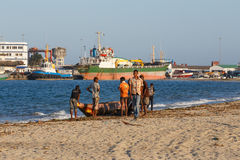 Gente malgache que descansa sobre la playa en puerto Fotografía de archivo libre de regalías
