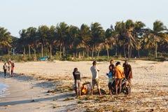 Gente malgache que descansa sobre la playa en puerto Foto de archivo