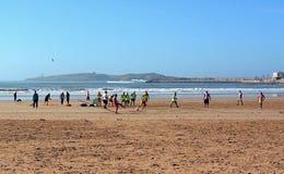 Gente marocchina che gioca a calcio calcio nella costa atlantica fotografie stock libere da diritti