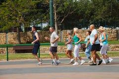 Gente matura attiva con l'istruttore di forma fisica Immagini Stock Libere da Diritti