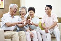 Gente mayor asiática que tiene un buen rato Imágenes de archivo libres de regalías