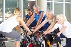 Gente mayor con el instructor en gimnasio Fotografía de archivo