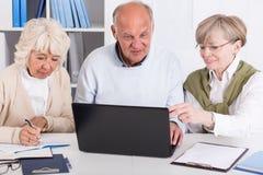 Gente mayor con el ordenador portátil Imagen de archivo libre de regalías