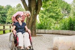 Gente mayor en silla de ruedas imagenes de archivo