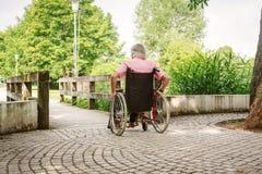 Gente mayor en silla de ruedas foto de archivo libre de regalías