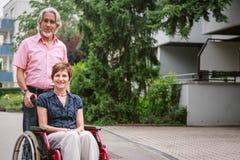 Gente mayor en silla de ruedas fotos de archivo