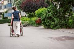Gente mayor en silla de ruedas fotos de archivo libres de regalías