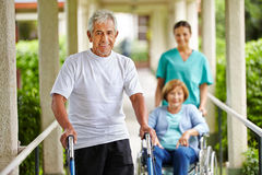 Gente mayor feliz en clínica de reposo Imágenes de archivo libres de regalías