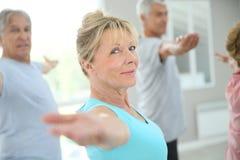 Gente mayor que hace estirando los excercises que se sienten bien Fotografía de archivo