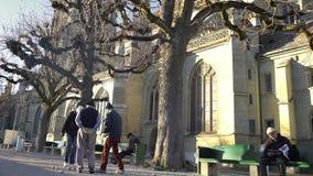 Gente mayor que juega al juego de Petanque cerca de la catedral de Bern Minster en Suiza almacen de video