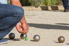 Gente mayor que juega el petanque en un parque foto de archivo libre de regalías