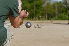 Gente mayor que juega el petanque en un parque imagenes de archivo