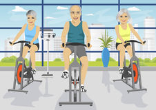 Gente mayor que se resuelve en el centro de aptitud en las bicicletas estáticas stock de ilustración