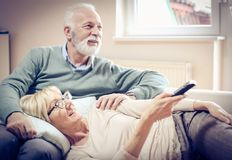 Gente mayor que ve la TV foto de archivo libre de regalías