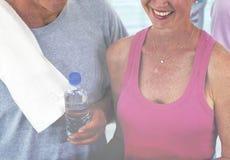 Gente mayor sana en el gimnasio Fotos de archivo libres de regalías