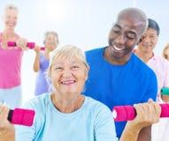 Gente mayor sana en el gimnasio Imagenes de archivo