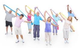 Gente mayor sana en el gimnasio en el fondo blanco Imágenes de archivo libres de regalías