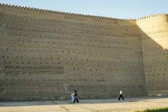 Gente minúscula por las paredes de la arca en Bukhara Uzbekistán Foto de archivo