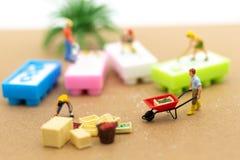 Gente miniatura: Agricoltori che vendono l'affare commerciale del riso Uso di immagine per il concetto di affari Immagini Stock