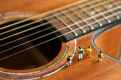 Gente miniatura: bambini e studente con la chitarra acustica, Ti Immagine Stock Libera da Diritti