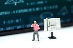Gente miniatura: bambini ed insegnante con il BAC della lavagna di per la matematica Immagini Stock