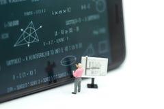 Gente miniatura: bambini ed insegnante con il BAC della lavagna di per la matematica Immagine Stock Libera da Diritti