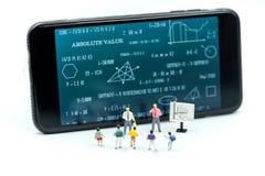 Gente miniatura: bambini ed insegnante con il BAC della lavagna di per la matematica Fotografie Stock