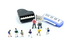 Gente miniatura: bambini ed insegnante con un gruppo di musical Fotografia Stock Libera da Diritti