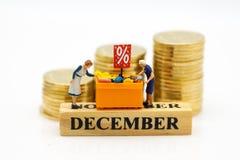 Gente miniatura: Cliente con gli oggetti di sconto di acquisto, mese della vendita Uso di immagine per il concetto di acquisto e  Fotografia Stock Libera da Diritti