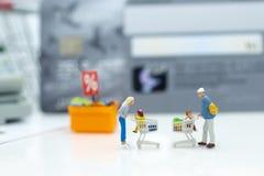 Gente miniatura: Cliente con gli oggetti di sconto di acquisto, pagamento dalla carta di credito Uso di immagine per il concetto  Immagini Stock
