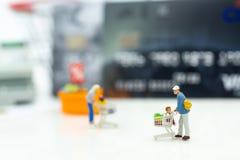 Gente miniatura: Cliente con gli oggetti di sconto di acquisto, pagamento dalla carta di credito Uso di immagine per il concetto  Fotografia Stock