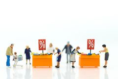Gente miniatura: Compradores con el descuento para los artículos que hacen compras usando como concepto del negocio de las compra Imágenes de archivo libres de regalías