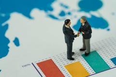 Gente miniatura con la piccola figura handshake degli uomini d'affari su PR Immagini Stock Libere da Diritti