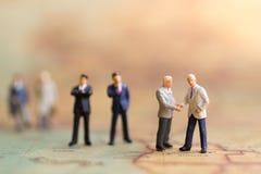 Gente miniatura: El hombre de negocios hace un trato, concepto de la reunión del socio comercial Imagen de archivo