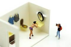 Gente miniatura: el hombre está ocultando detrás del espionaje del cuarto de baño voyeur fotos de archivo
