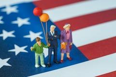 Gente miniatura, familia americana feliz que sostiene los globos con la O.N.U Fotografía de archivo