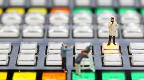 Gente miniatura: giornalisti, cineoperatore, Videographer sul lavoro Immagine Stock