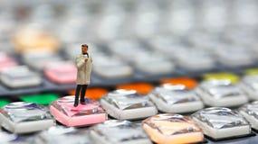 Gente miniatura: giornalisti, cineoperatore, Videographer sul lavoro Fotografie Stock