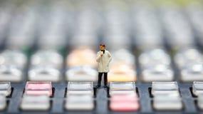 Gente miniatura: giornalisti, cineoperatore, Videographer sul lavoro Immagini Stock
