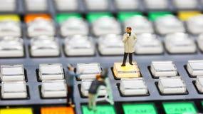 Gente miniatura: giornalisti, cineoperatore, Videographer sul lavoro Fotografie Stock Libere da Diritti