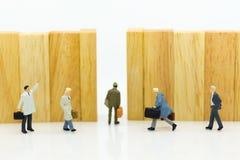 Gente miniatura: Gli uomini d'affari stanno camminando al punto di uscita L'uso di immagine per la migliore scelta di sceglie, co fotografie stock libere da diritti