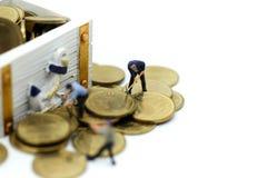 Gente miniatura: gruppo ed uomo d'affari del lavoratore con il cof del tesoro Immagine Stock Libera da Diritti