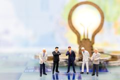 Gente miniatura, hombres de negocios del grupo que se colocan en el juego de ajedrez, Fotos de archivo